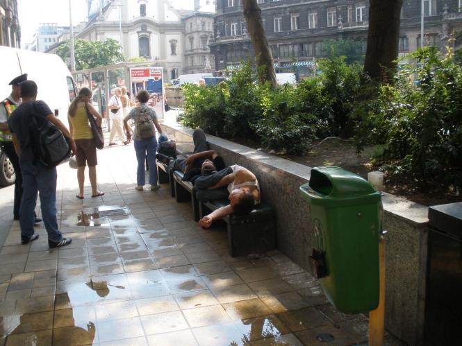 Hajlékonyak szennyezik a Ferenciek terét