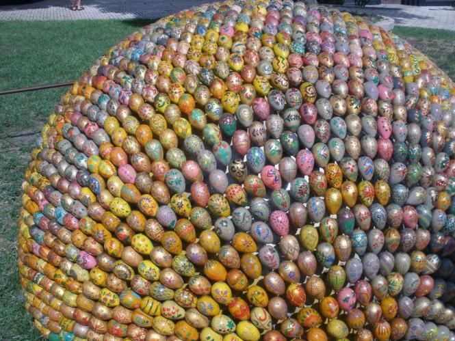 Húsvéti szokás: óriás tojás a kijevi Pecserszka Lavra előtt